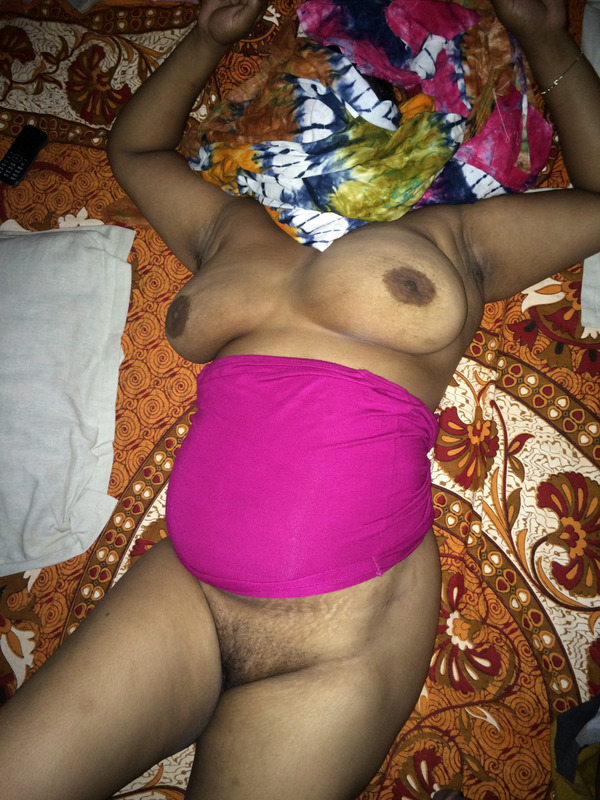Aunty clicking nude selfies